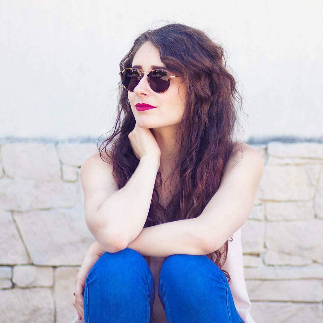 jeune fille avec lunettes de soleil