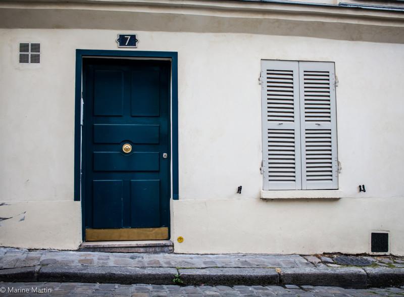 Journée à Paris : Vue d'une porte bleue dans le quartier Montmartre