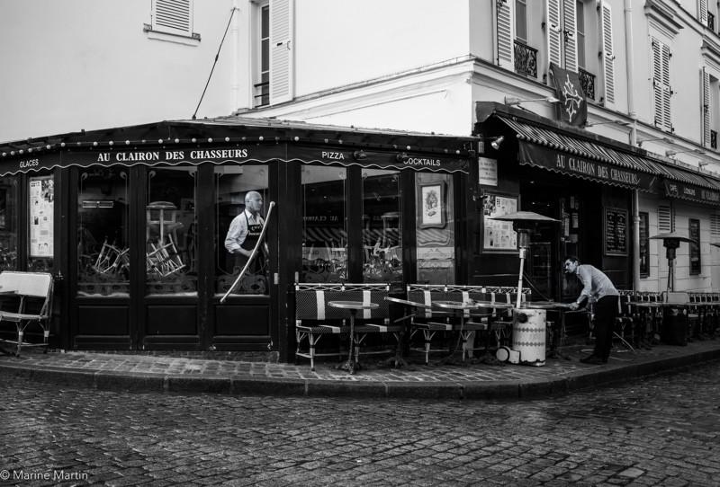 """Journée à Paris : Deux serveurs en train de faire la mise en place du café """"Au clairon des chasseurs"""" à Montmartre"""