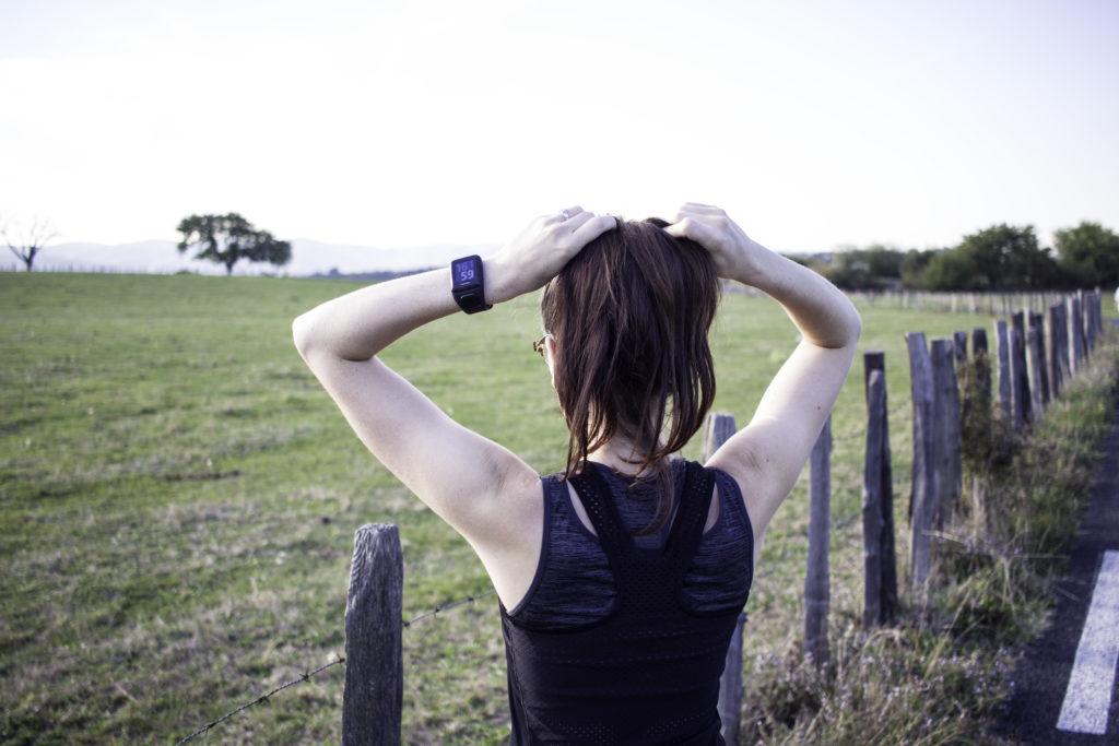 courir : runneuse devant paysage de campagne