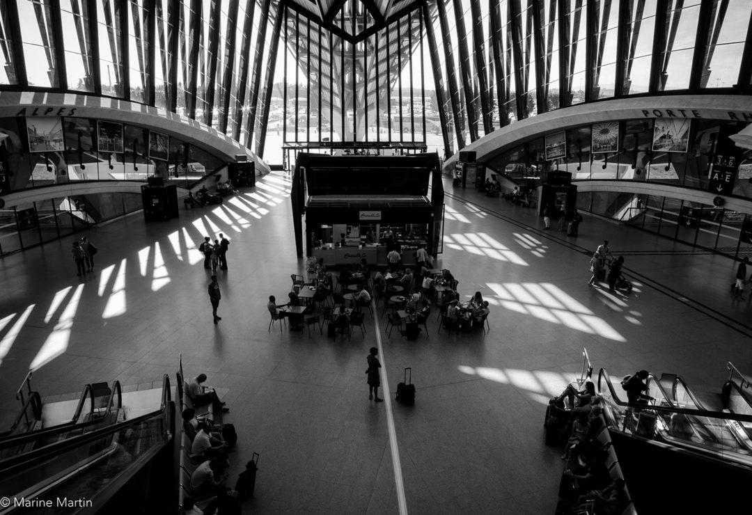 Journée à Paris : Vue en hauteur de la gare TGV de l'aéroport Saint-Exupéry