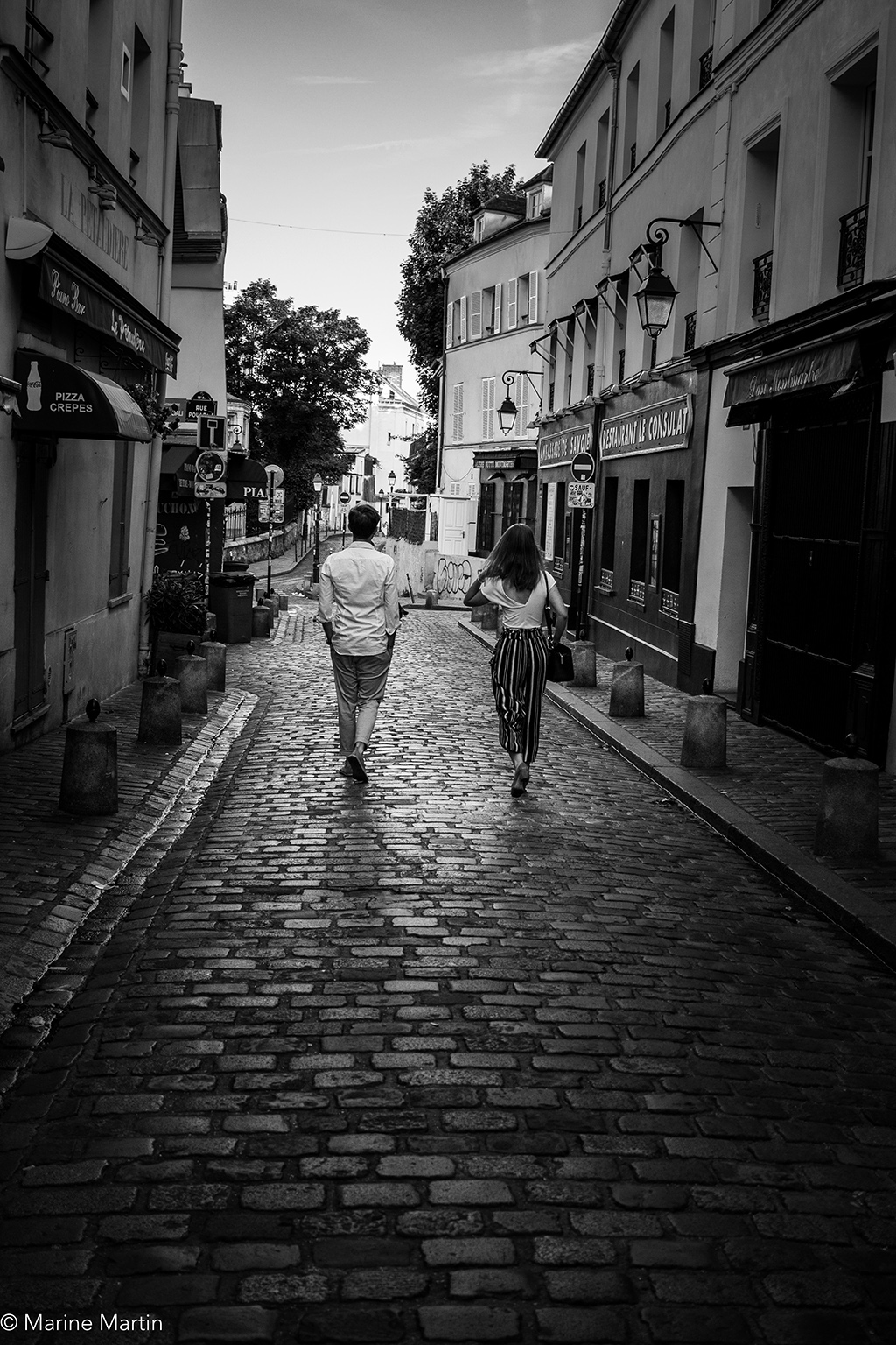 Journée à Paris : Couple qui arpente les rues de Montmartre en rentrant de soirée au petit matin