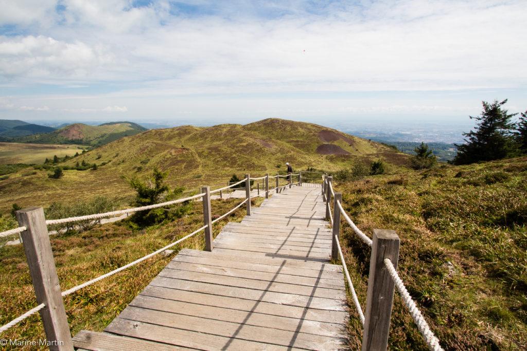 Volcans - Escaliers du sentier pour parcourir la Chaîne des Puys
