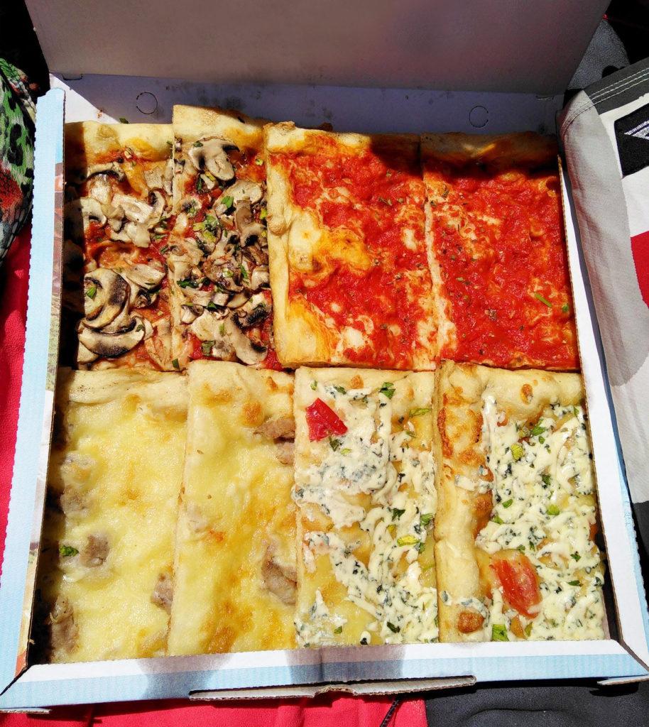 boite remplie de parts de pizzas