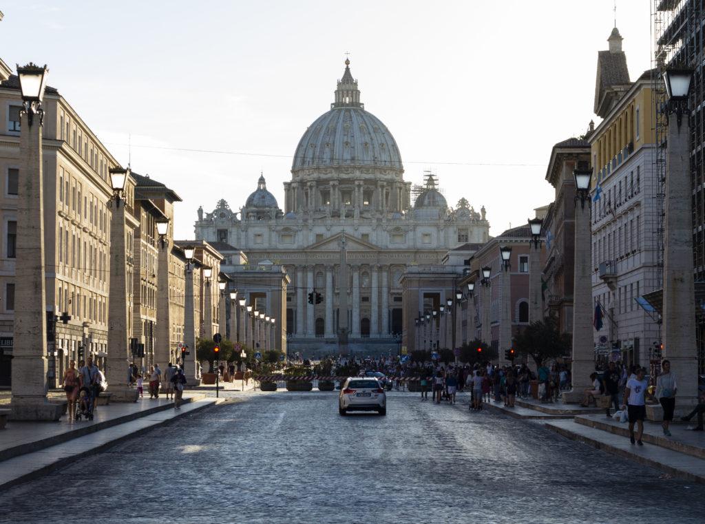 Vue de la place Saint-Pierre avec la basilique en fond en Vespa