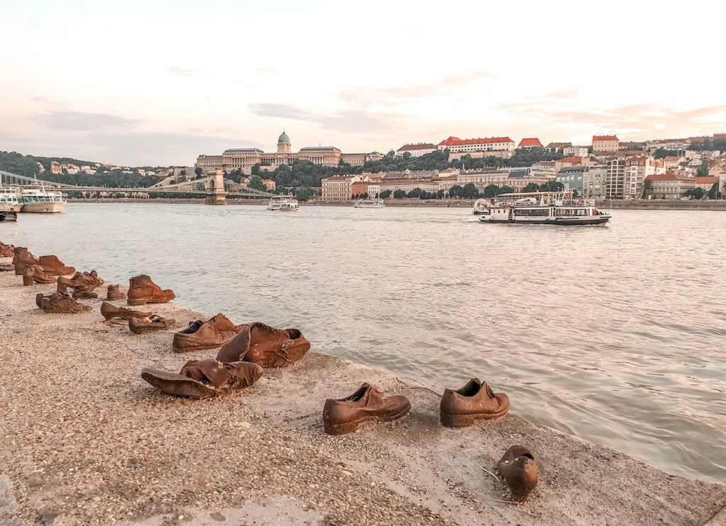 Visiter Budapest en 4 jours - Chaussures au bord du Danube