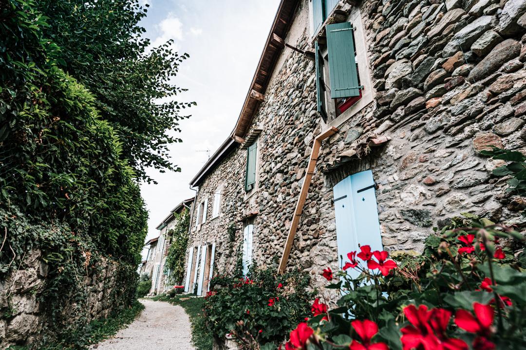 Maison de pierres et volets bleus