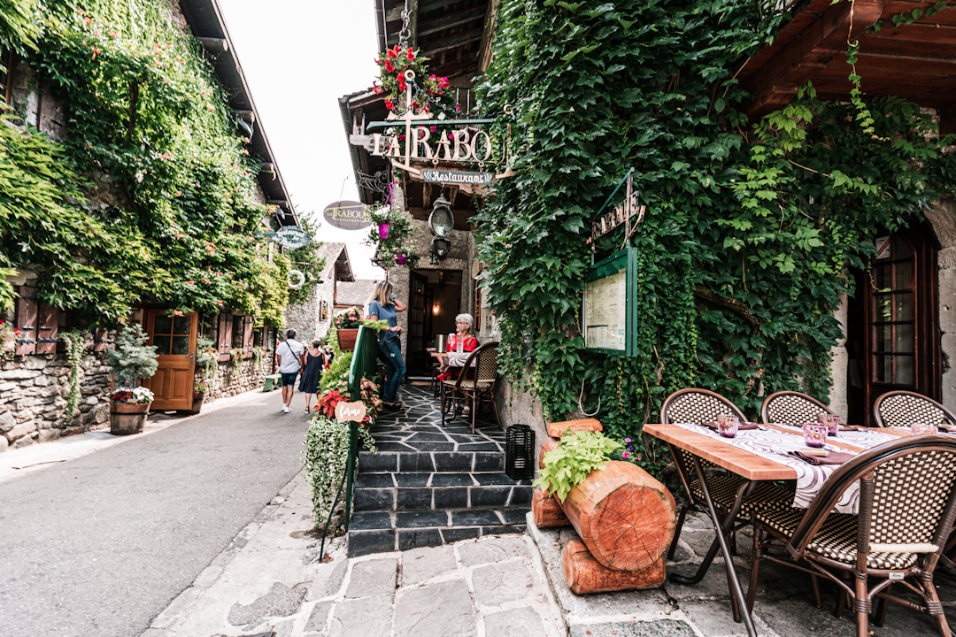 Yvoire, restaurant mur fleuri